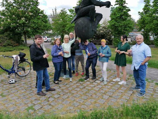 """Die Teilnehmer*innen des Projekts """"Digital und sozial"""", gemeinsam mit Frau Reh. Vor dem Bürgerhaus Stern*Zeichen, im Mai 2021."""